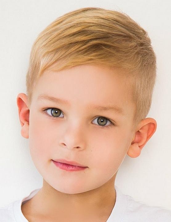 Светлая стрижка мальчику с боковой челкой 2020